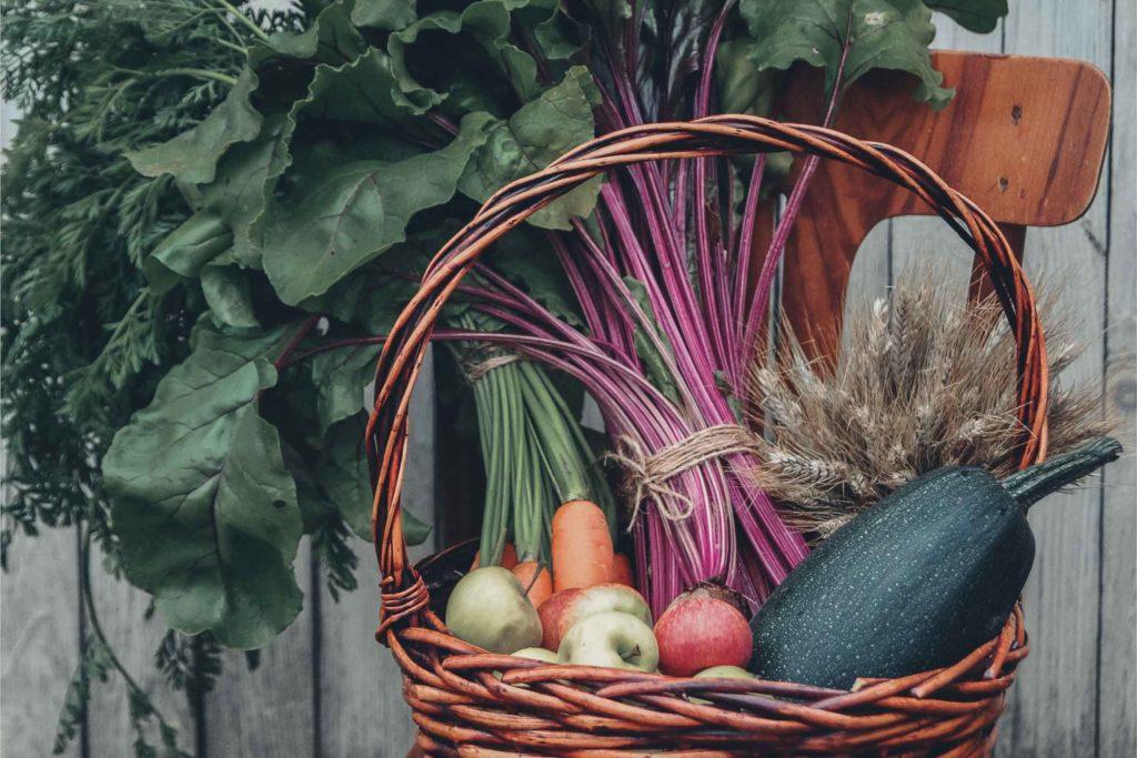 vegan kochen - Gemüse im Weidenkorb
