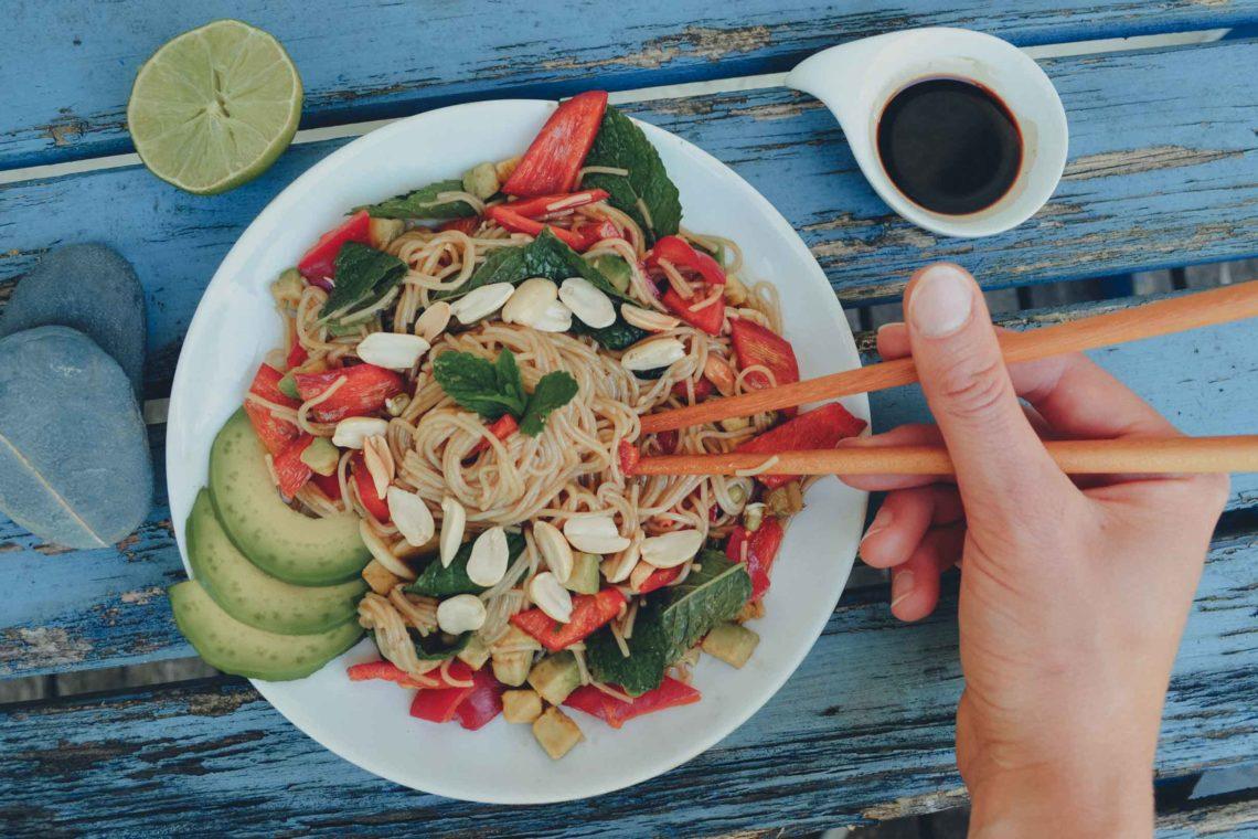 Veganer asiatischer Reisnudelsalat