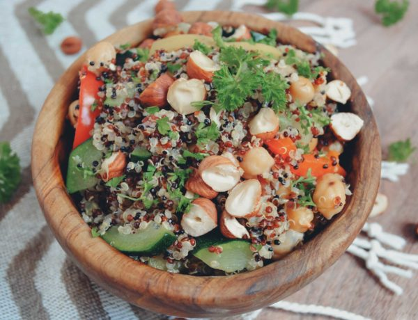 Veganer Quinoa-Salat mit frischem Gemüse und Haselnüssen