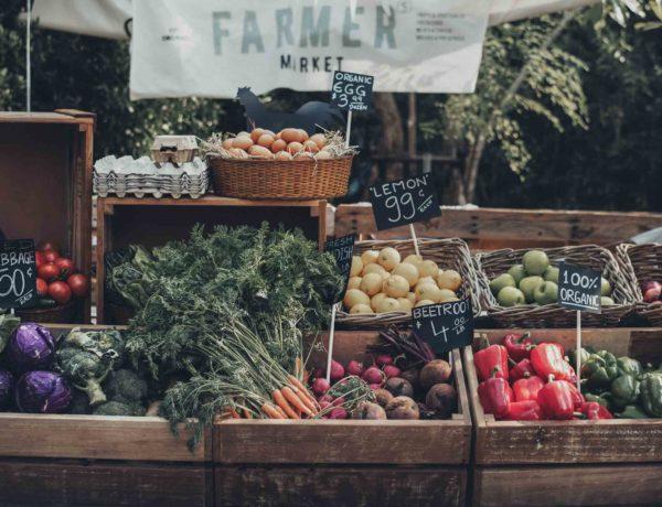 Gemüsestand auf einem Bauernmarkt