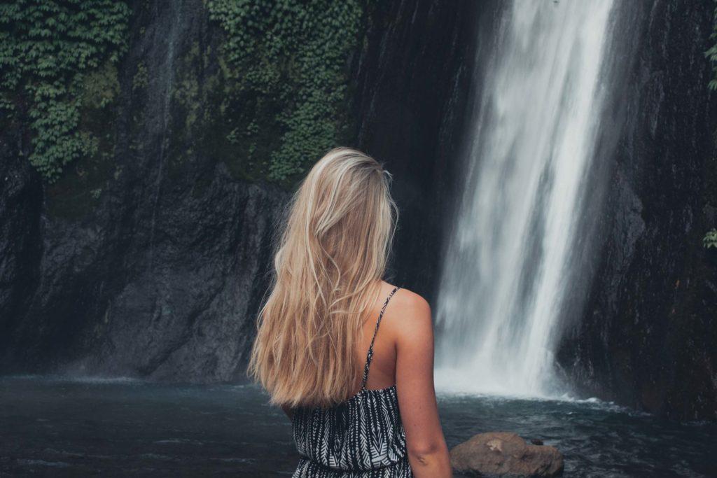 Hannah vor einem Wasserfall im Norden Balis