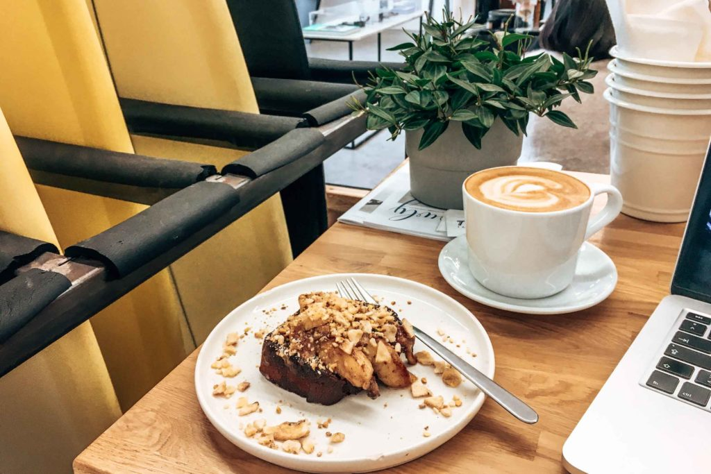 Veganes Banana Bread im Waxed Café in Hossegor