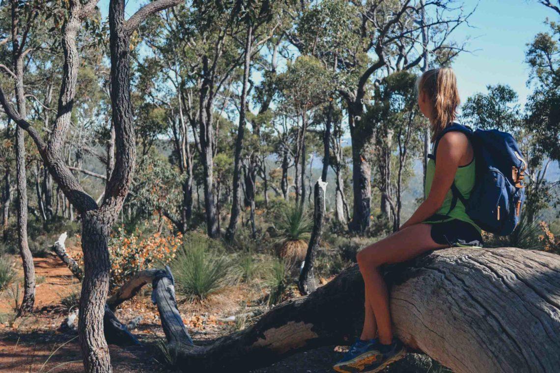 Beitragsbild für die Weltreise-Packliste: Hannah mit Rucksack in Western Australia in der Natur