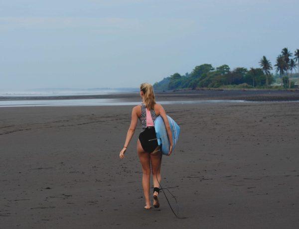 Surfen auf Bali Beitragsbild: Hannah in Medewi