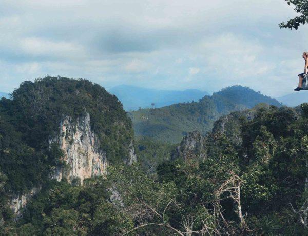 Hannah mit Ausblick auf Thailands Berge am Tiger Temple in Krabi