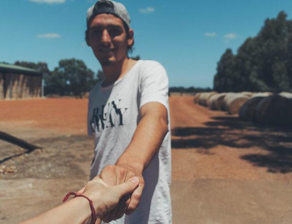 Trennung, damit Adrian seine Farmarbeit in Australien beginnen kann