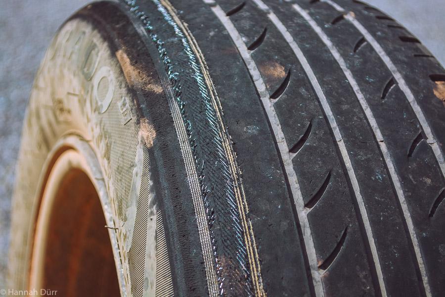 Ohne Four Wheel Drive 4WD durchs Outback - Reifen eines 2WDs nach einer Gravel Road