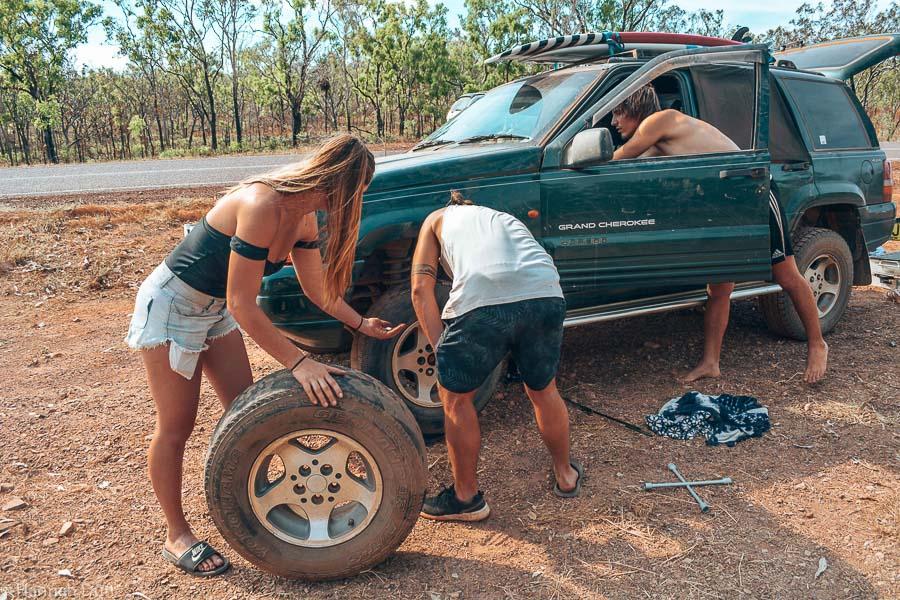 Autounfall im Outback - Geplatzte Reifen gehören hier zum Alltag