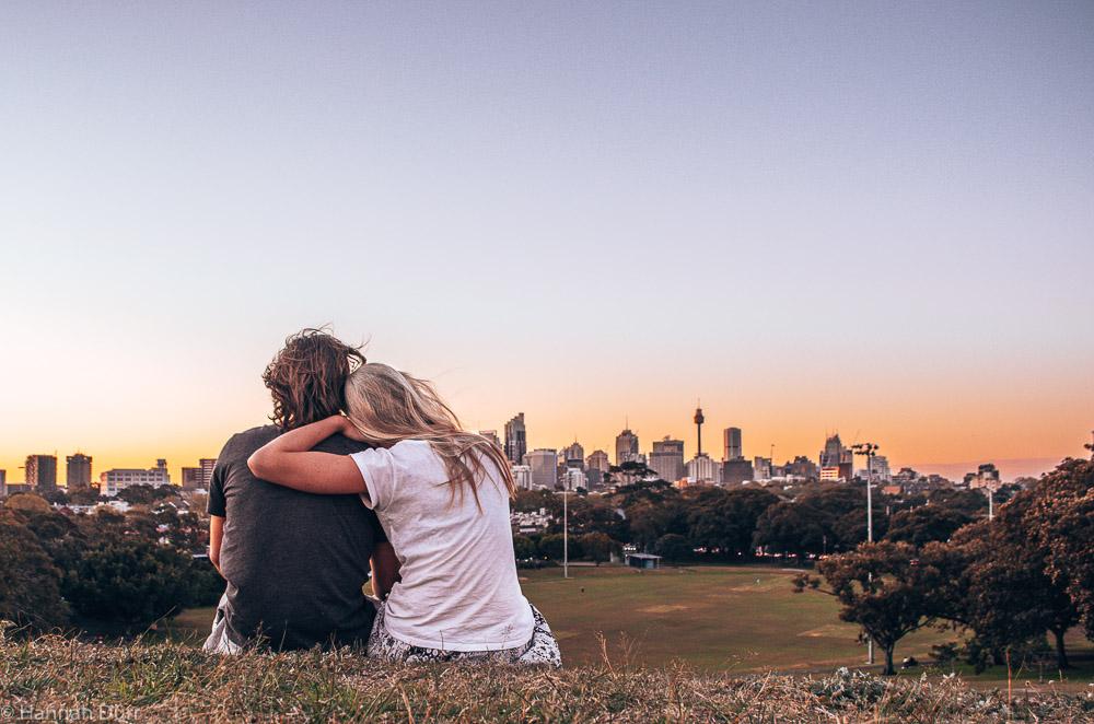 Ausblick von einem Hügel auf Sydneys Skyline