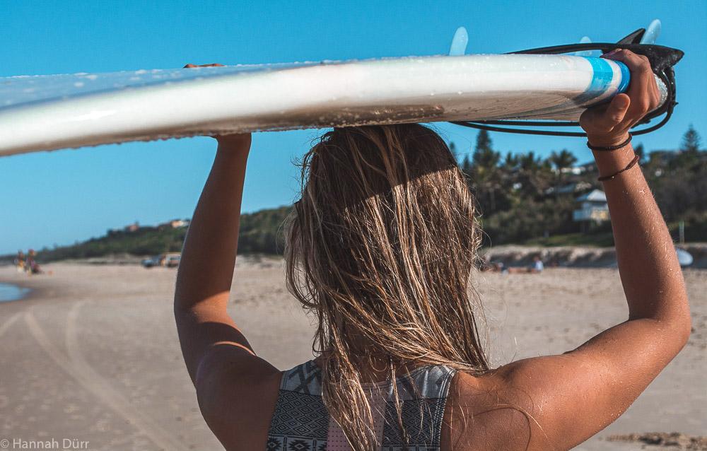Surfen am Sunrise Beach in Noosa