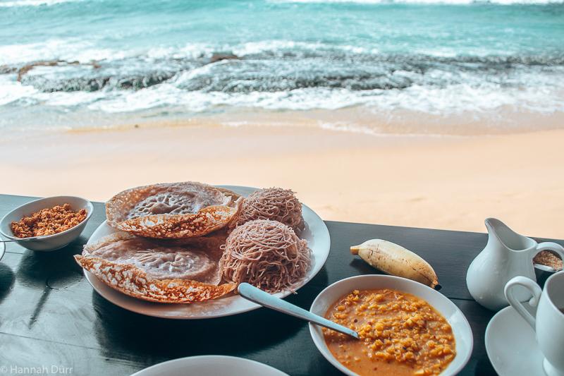 Typisches Frühstück in Sri Lanka mit Dal und String Hoppers