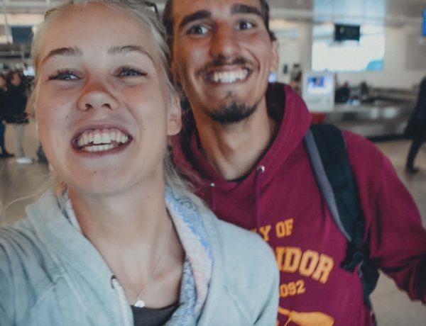 Adria und Hannah bei der Rückkehr von der Weltreise