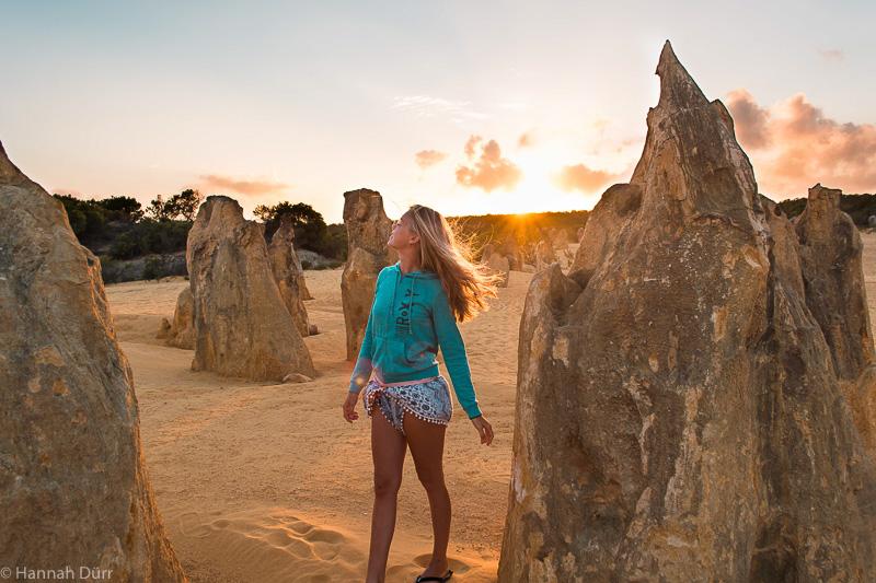 Hannah beim Sonnenaufgang in der Pinnacle Desert