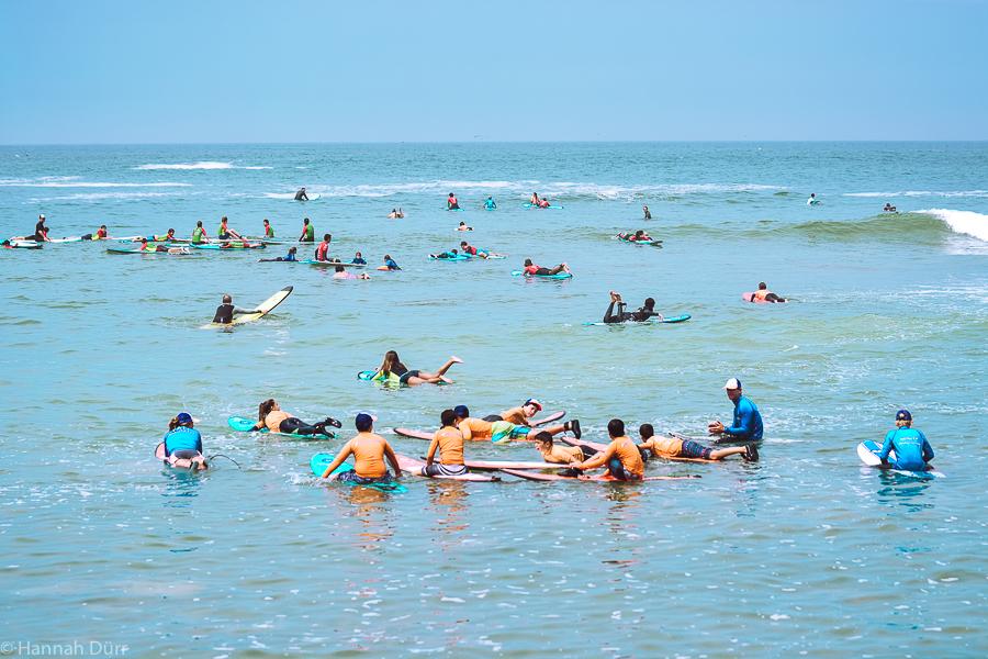Surfunterricht für Kinder in San Bartolo, Peru