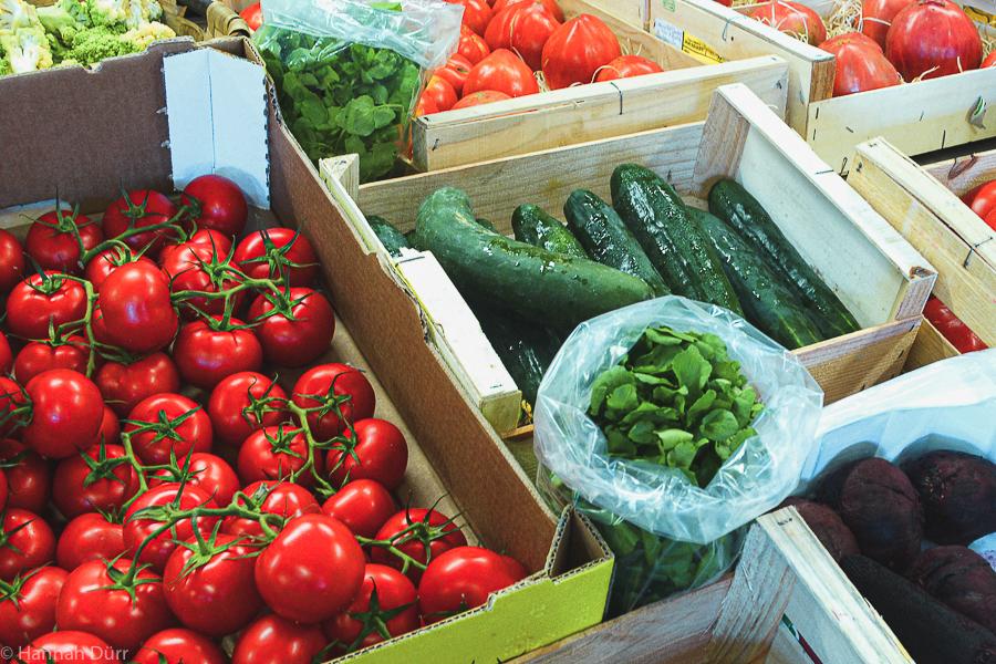 nachhaltig ernähren: frisches Gemüse auf dem Markt kaufen
