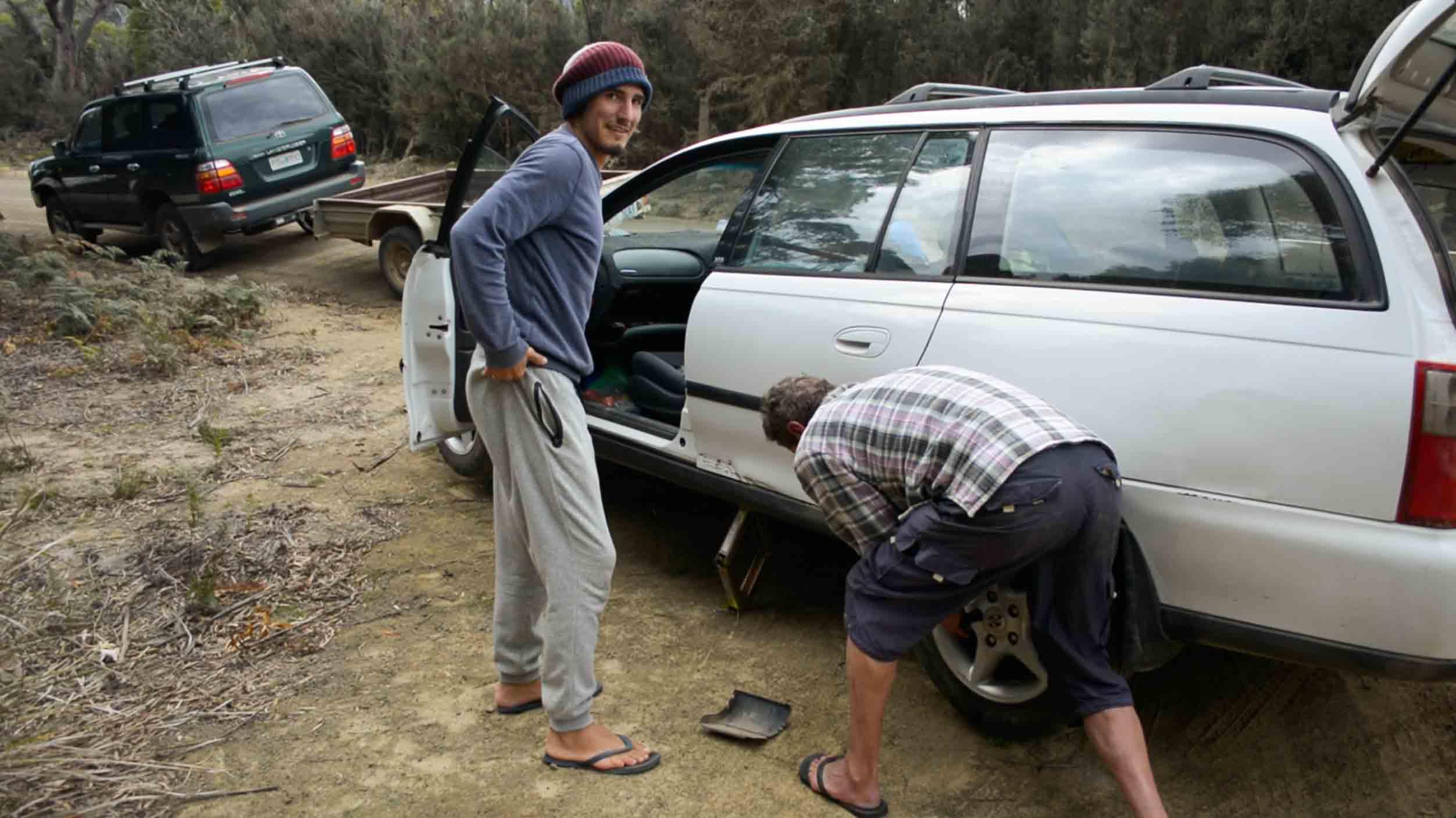 Reifenwechsel nach Autounfall - schlimmste Situation auf Reisen