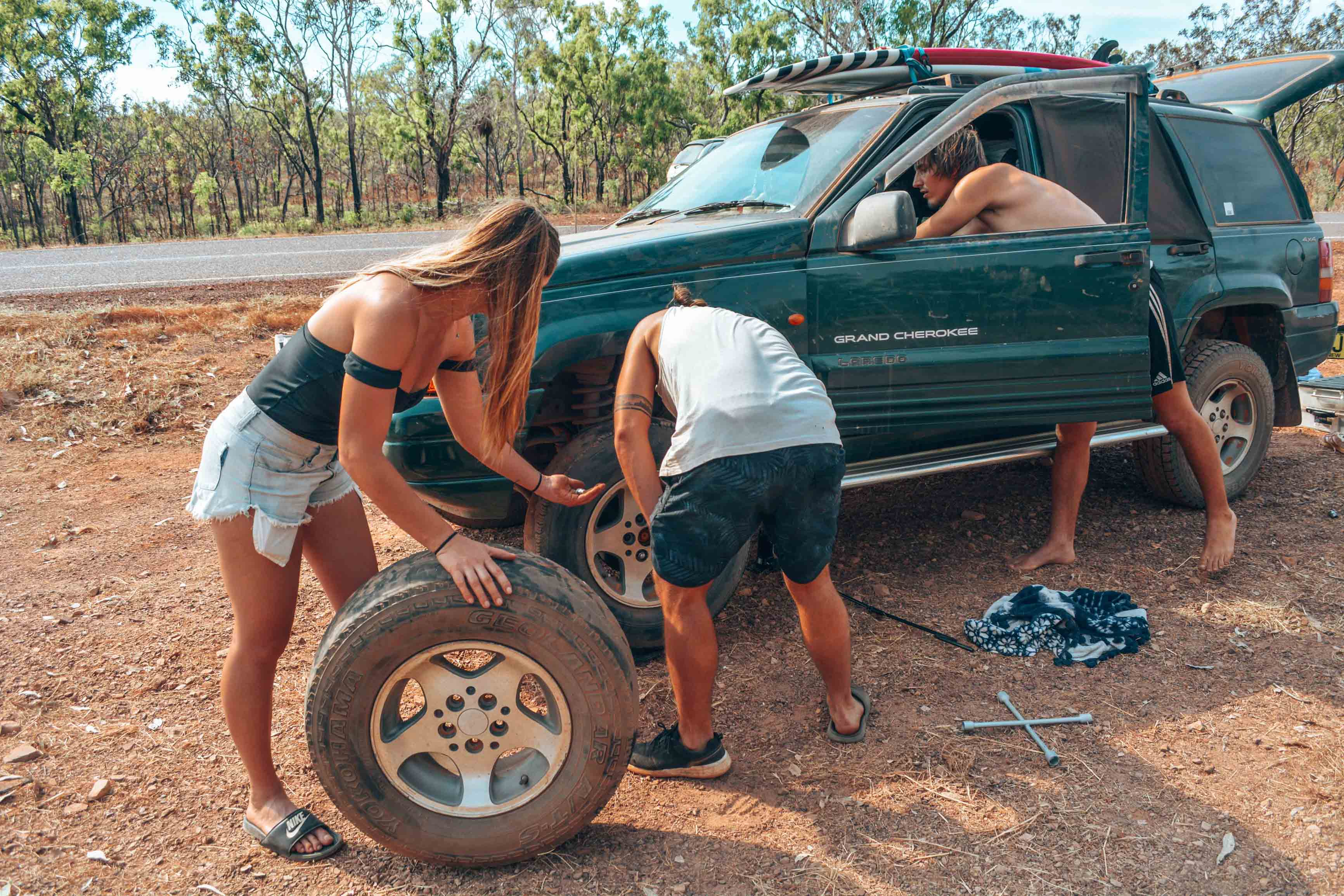 Reifenwechsel im Kakadu Nationalpark