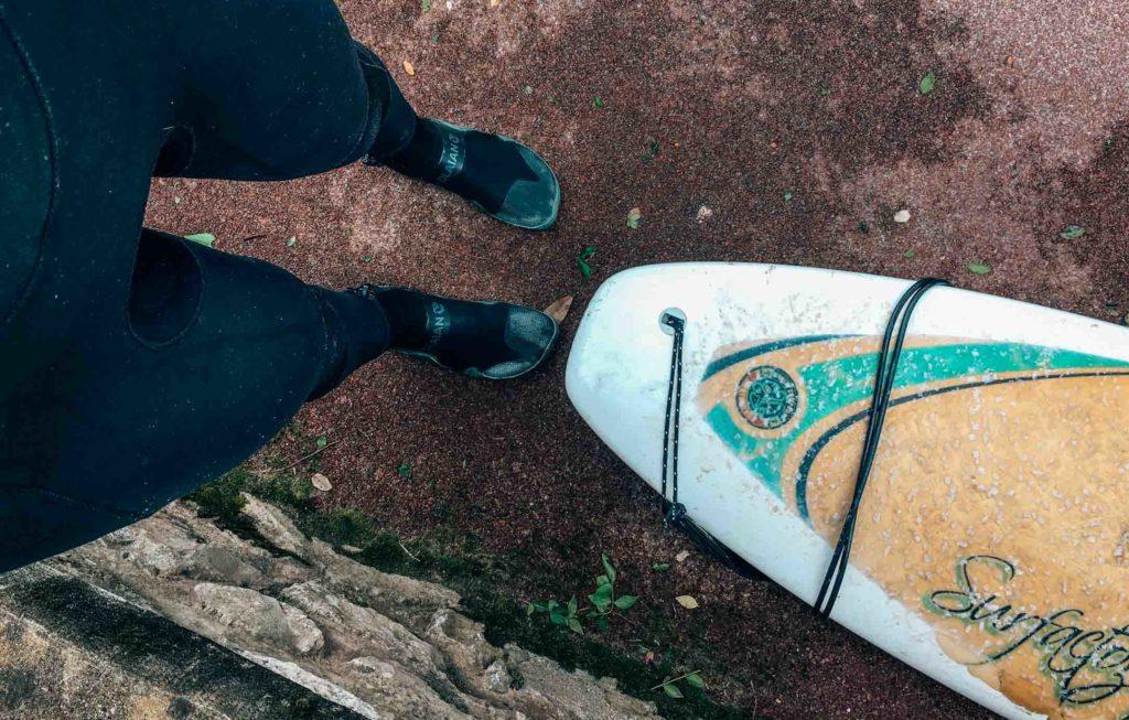 Bereit zum Surfen in Hendaye im Februar