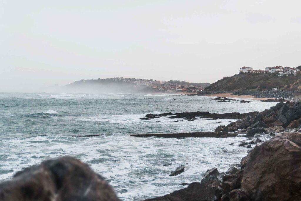 Blick von Guéthary in Richtung Biedert, Küste im Baskenland