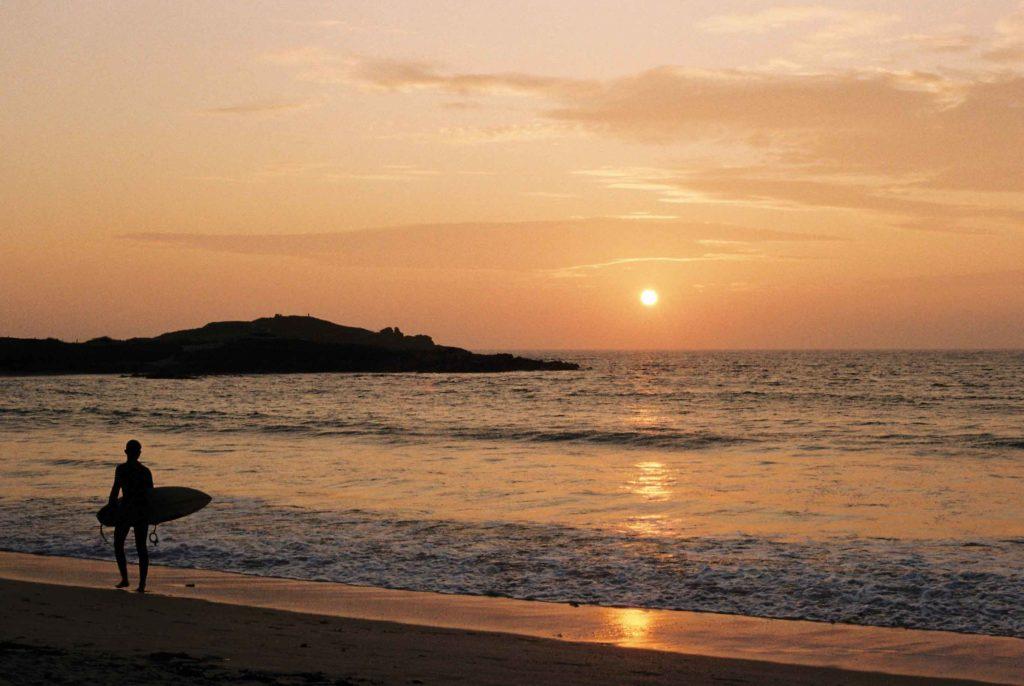 Sonnenuntergang an der Pointe de La Torche in der Bretagne